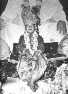 Freshly Incarnated Prem Rawat (Maharaji) Crowned As Krishna